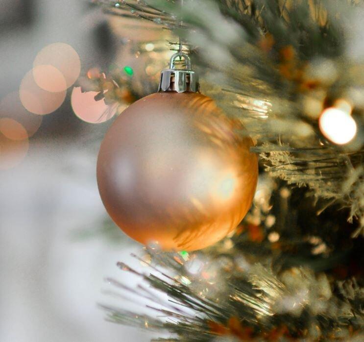 Gouden kerstbal detail impressie