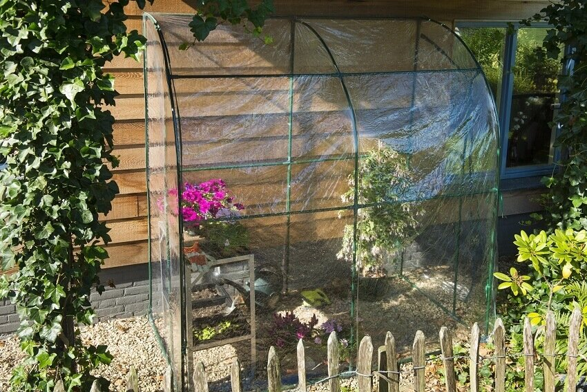 Nature muurkas met bodemframe in de tuin