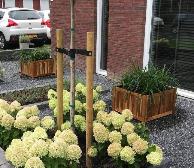 Planter hardhout vierkant in de tuin